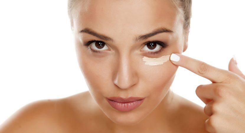 fefe437c342b4 Vous pouvez cacher les cernes autour des yeux de plusieurs façons. Et nous  ne parlons pas seulement des produits cosmétiques. Vous pouvez aussi le  faire ...